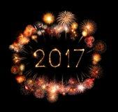 2017-guten Rutsch ins Neue Jahr-Feuerwerkswunderkerzen Lizenzfreie Stockfotos