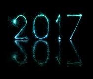 2017-guten Rutsch ins Neue Jahr-Feuerwerkswunderkerzen Stockfotos