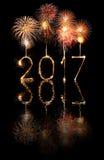 2017-guten Rutsch ins Neue Jahr-Feuerwerkswunderkerzen Lizenzfreie Stockbilder