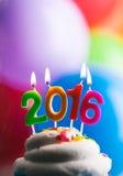 Guten Rutsch ins Neue Jahr 2016 Geburtstags-Kerzen auf Kuchen Stockfotos