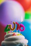 Guten Rutsch ins Neue Jahr 2016 Geburtstags-Kerzen auf Kuchen Stockfotografie