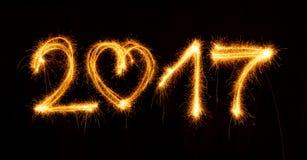 Guten Rutsch ins Neue Jahr gemacht durch Wunderkerzen auf schwarzem Hintergrund Stockbilder