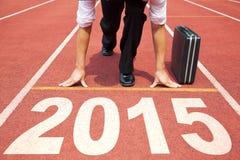 Guten Rutsch ins Neue Jahr 2015 Geschäftsmann, der für das Laufen sich vorbereitet Stockfotografie