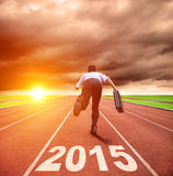 Guten Rutsch ins Neue Jahr 2015 Geschäftsmann, der mit sunris läuft Lizenzfreies Stockfoto