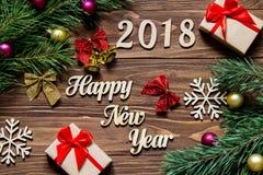 Guten Rutsch ins Neue Jahr 2018 Geschenke und Weihnachtslametta auf dem hölzernen Hintergrund Lizenzfreie Stockfotos