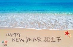 Guten Rutsch ins Neue Jahr 2017 geschrieben auf den Strand Stockbild