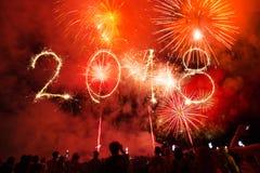 Guten Rutsch ins Neue Jahr 2018 geschrieben mit Scheinfeuerwerk auf schwarzes backg Stockfotografie