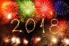 Guten Rutsch ins Neue Jahr 2018 geschrieben mit Scheinfeuerwerk auf schwarzes backg Lizenzfreie Stockfotografie