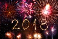 Guten Rutsch ins Neue Jahr 2018 geschrieben mit Scheinfeuerwerk auf schwarzes backg Stockbild