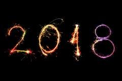 Guten Rutsch ins Neue Jahr 2018 geschrieben mit Scheinfeuerwerk auf schwarzes backg Lizenzfreies Stockbild