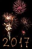 Guten Rutsch ins Neue Jahr 2017 geschrieben mit Scheinfeuerwerk auf schwarzes backg Stockfotos