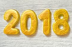 Guten Rutsch ins Neue Jahr 2018 Goldene Zahlen auf weißem hölzernem Hintergrund Stockbild