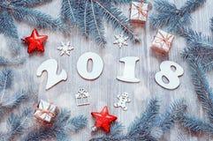 Guten Rutsch ins Neue Jahr-2018 Hintergrund mit 2018 Zahlen, Weihnachten spielt, blaue Tannenbaumaste Stillleben 2018 des neuen J Stockbilder