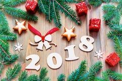 Guten Rutsch ins Neue Jahr-2018 Hintergrund mit 2017 Zahlen, Weihnachten spielt, grüne Tannenbaumaste Stillleben 2018 des neuen J Lizenzfreies Stockbild