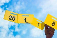 Guten Rutsch ins Neue Jahr 2018 ist kommendes Konzept Guten Rutsch ins Neue Jahr 2018 ersetzen zu Konzept 2017 durch die Hand hal Stockbilder