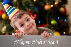Guten Rutsch ins Neue Jahr 2016 - Junge auf einem Weihnachtsbaumhintergrund Stockfotografie