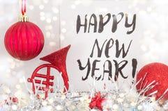 Guten Rutsch ins Neue Jahr-Karte mit Weihnachtsdekoration Lizenzfreie Stockbilder