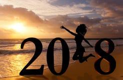 Guten Rutsch ins Neue Jahr-Karte 2018 Schattenbild der jungen Frau auf dem Strand als Teil des Zeichens der Nr. 2018 Lizenzfreie Stockfotos