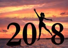 Guten Rutsch ins Neue Jahr-Karte 2018 Schattenbild der jungen Frau auf dem Strand als Teil des Zeichens der Nr. 2018 Stockbilder