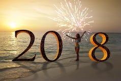 Guten Rutsch ins Neue Jahr-Karte 2018 Schattenbild der jungen Frau auf dem Strandstand als Teil des Zeichens der Nr. 2018 Lizenzfreies Stockbild