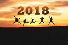 Guten Rutsch ins Neue Jahr-Karte 2018 Schattenbild des Jugendlichen springend auf Gebirgshügel mit fantastischem Sonnenuntergangh Lizenzfreie Stockfotografie