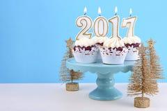 Guten Rutsch ins Neue Jahr-kleine Kuchen mit 2017 Kerzen Stockfotografie