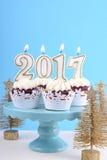 Guten Rutsch ins Neue Jahr-kleine Kuchen mit 2017 Kerzen Lizenzfreies Stockbild