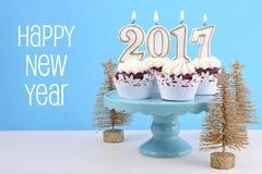 Guten Rutsch ins Neue Jahr-kleine Kuchen mit 2017 Kerzen Lizenzfreie Stockbilder