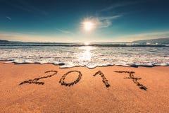 Guten Rutsch ins Neue Jahr-Konzept 2017 auf dem Seestrand; sunrsie Schuss Stockbild