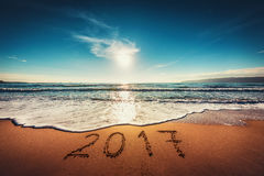 Guten Rutsch ins Neue Jahr-Konzept 2017 auf dem Seestrand; sunrsie Schuss Stockbilder