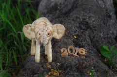 Guten Rutsch ins Neue Jahr-Konzept 2016, handgemachte und hölzerne Zahlidee des Elefantrattans Stockbild