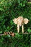 Guten Rutsch ins Neue Jahr-Konzept 2016, handgemachte und hölzerne Zahlidee des Elefantrattans Lizenzfreie Stockfotos