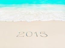Guten Rutsch ins Neue Jahr Konzept mit 2015 Jahreszeiten auf azurblauem tropischem sandigem Strand Lizenzfreie Stockbilder
