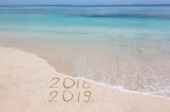 Guten Rutsch ins Neue Jahr 2019 kreativ auf dem Strand lizenzfreies stockfoto