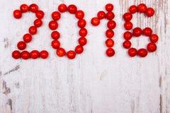 Guten Rutsch ins Neue Jahr 2016 machte vom roten Viburnum auf altem hölzernem Hintergrund Lizenzfreies Stockfoto
