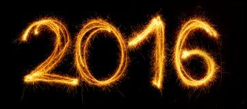 Guten Rutsch ins Neue Jahr - 2016 machten mit Wunderkerzen auf Schwarzem Lizenzfreies Stockfoto