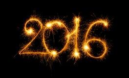Guten Rutsch ins Neue Jahr - 2016 machten mit Wunderkerzen auf Schwarzem Stockfotografie