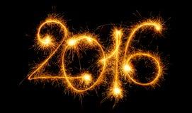 Guten Rutsch ins Neue Jahr - 2016 machten mit Wunderkerzen auf Schwarzem Stockbild