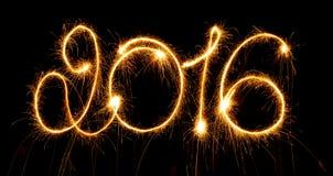 Guten Rutsch ins Neue Jahr - 2016 machten mit Wunderkerzen auf Schwarzem Lizenzfreie Stockfotos