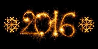 Guten Rutsch ins Neue Jahr - 2016 mit den Schneeflocken gemacht durch Wunderkerzen auf Schwarzem Lizenzfreies Stockfoto