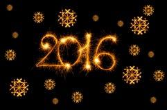 Guten Rutsch ins Neue Jahr - 2016 mit den Schneeflocken gemacht durch Wunderkerzen auf Schwarzem Stockfoto