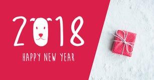 2018 guten Rutsch ins Neue Jahr mit der Geschenkbox, vorhanden auf Schneehintergrund Lizenzfreies Stockfoto