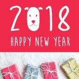 2018 guten Rutsch ins Neue Jahr mit der Geschenkbox, vorhanden auf Schneehintergrund Lizenzfreie Stockbilder
