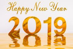Guten Rutsch ins Neue Jahr 2019 mit Goldschreiben im goldenen Hintergrund stockbilder
