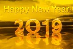 Guten Rutsch ins Neue Jahr 2019 mit Goldschreiben im goldenen Hintergrund lizenzfreie stockbilder