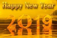 Guten Rutsch ins Neue Jahr 2019 mit Goldschreiben im goldenen Hintergrund lizenzfreie stockfotos