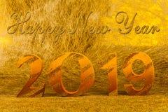 Guten Rutsch ins Neue Jahr 2019 mit Goldschreiben im goldenen Hintergrund stockfotografie
