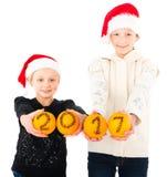 guten Rutsch ins Neue Jahr 2017 mit 2 jugendlich Mädchen Stockfoto