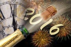 Guten Rutsch ins Neue Jahr 2016 mit knallendem Champagner Stockfotos