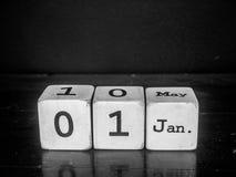 Guten Rutsch ins Neue Jahr mit weißem hölzernem Würfelkalender Stockfotografie